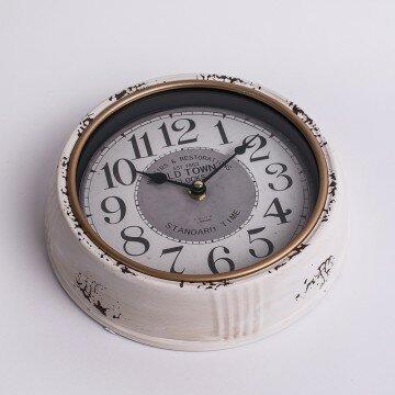 Часы настенные в бежевом корпусе